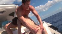 Ils baisent sur un yacht