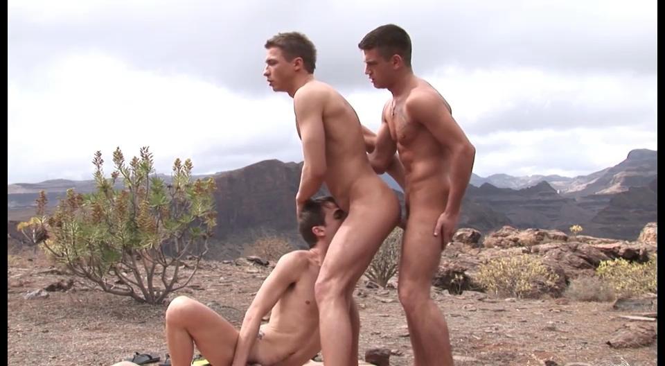 3 mecs exhibs baisent dans le désert